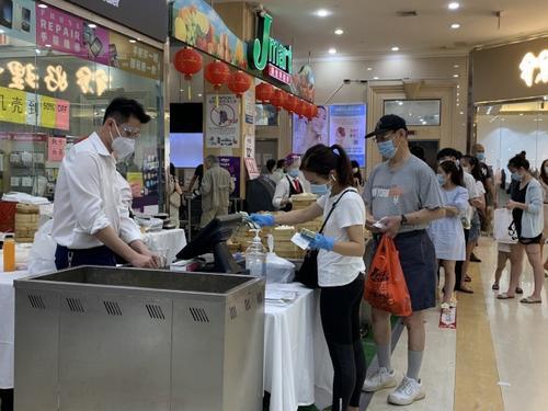 纽约法拉盛一商城开放大厅华裔餐饮业者摆摊迎客