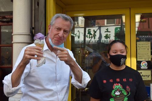 纽约市长到访华埠体验户外用餐并慰问商家