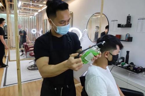 """美华裔青年理发师在""""老华埠""""找到新归属助力重振"""