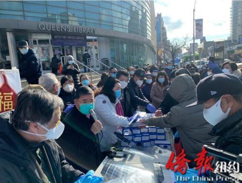 纽约法拉盛华商会向民众派发防疫物资吁提高防疫意识