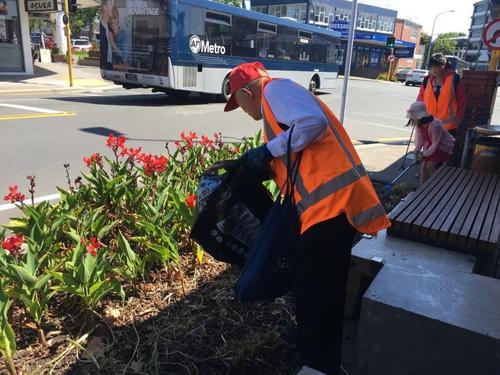 新西兰华裔老人街头捡垃圾助环保带动身边人参与