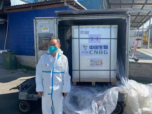 中国侨网中国驻萨摩亚大使巢小良亲赴机场迎接中国疫苗