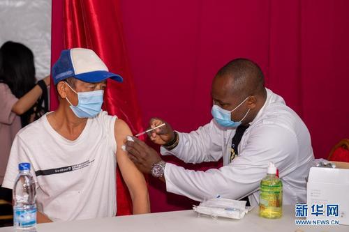 """中国侨网7月19日,中国公民在科特迪瓦阿比让的""""春苗行动""""接种点接种新冠疫苗。新华社记者 郑扬子 摄"""
