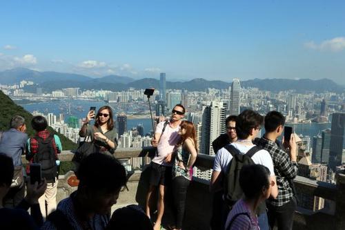 中国侨网游客在香港太平山顶饱览维港风光。新华社记者李鹏摄