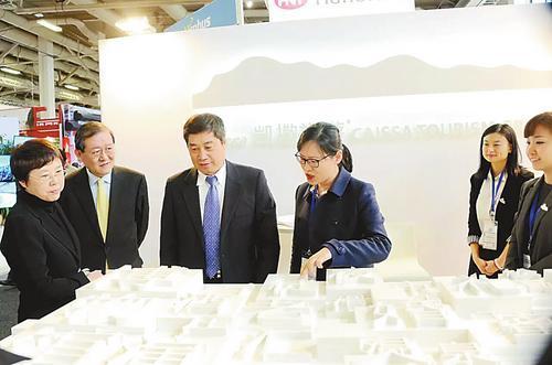 中国侨网国际旅游组织常务副秘书长祝善忠(前中国国家旅游局副局长,左三)和中国国家旅游局国际司副司长李亚莹女士(左一)在展会现场。