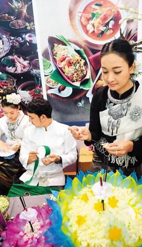 中国侨网泰国在2016中国―东盟旅游博览会旅游展上展示泰国传统美食制作。   中新社记者 毛建军摄