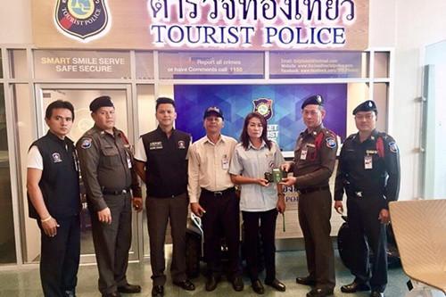 泰国女出租车司机捡近万元人民币苦寻中国籍失主