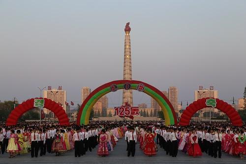 中国侨网资料图:人们在平壤市金日成广场参加舞会。新华社记者陆睿摄