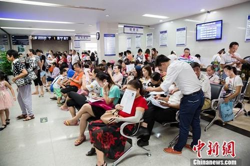 中国侨网今年暑期南宁出境游现高峰,7月21日南宁市公安局出入境办证大厅人满为患。 刘梦璇 摄