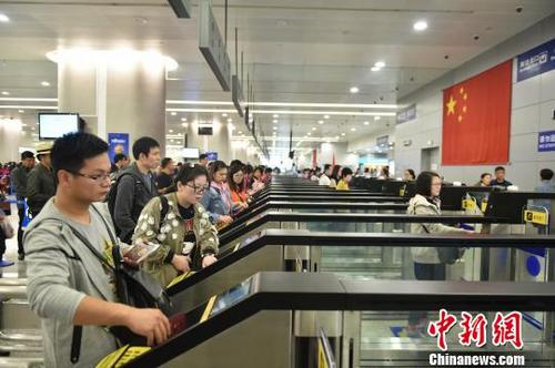 中国侨网浦东机场T2航站楼新建23条入境自助通道正式投入使用,浦东机场口岸入境自助通道数量增至50条,口岸自助通关人数大幅增长。魏文亨摄
