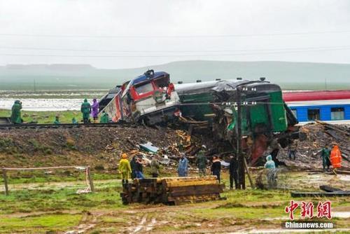 中国侨网资料图:一列载有328名乘客的蒙古国乌兰巴托至赛音山达第286次客运列车当地时间12日凌晨4时50分左右在东戈壁省境内发生列车出轨事故,造成部分人员受伤。中新社发(摄影 罗子腾 任毅)