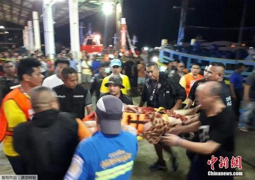 中国侨网资料图:图为普吉沉船事故发生后,救护人员和医护人员营救被困游客。