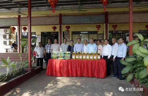 驻老挝大使一行访华助中心 慰问华人
