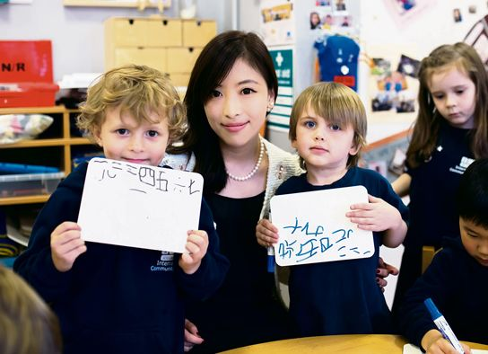 张捷,安徽人,来英7年,就职于伦敦一家国际学校,给来自几十个不同国家的4至16岁学生教授中文。图为张捷为学生Tate(右)和Bruno(左)辅导中文书写。(法国《欧洲时报》/流星