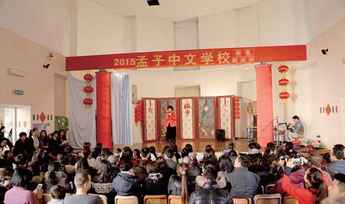 解颖在2015年孟子中文学校新春联欢晚会现场讲话。(图片来源:欧洲时报记者方曼青