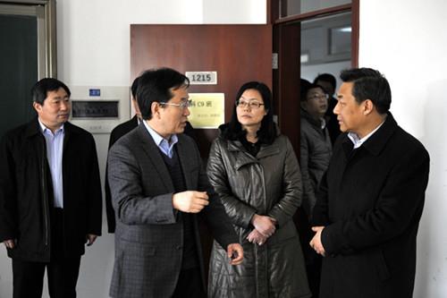 图为周虹院长(左二)向侯君舒书记(右一)介绍北京华文学院学生来源情况图片