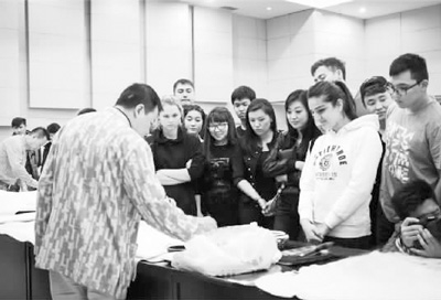 北京清梅书画院副院长彭述超,青年画家唐蓉及新疆国画院秘书长魏宝山