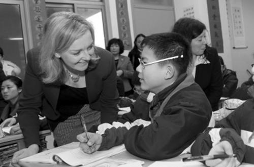 2014年,英国教育和儿童事务部副部长莉兹·特鲁斯访问上海一所中学。