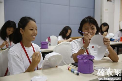 美籍华裔青少年北京学习京剧知识 绘制脸谱(图)图片