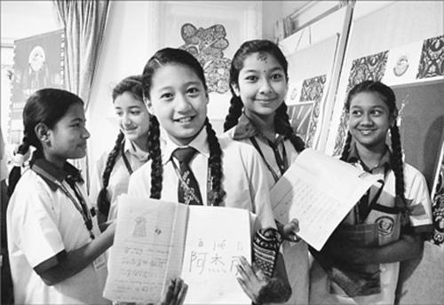 尼泊尔学生展示自己书写的中文句子和名字。