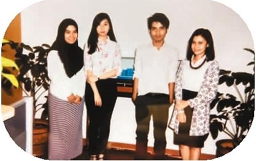 郭玫姿(左二)和成人班学生
