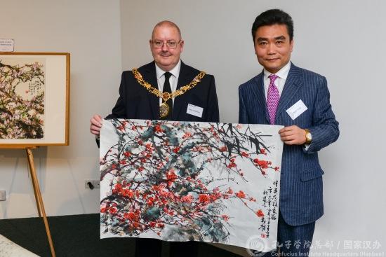 王盈现场作画并赠予兰卡斯特市市长罗伯特·雷德芬