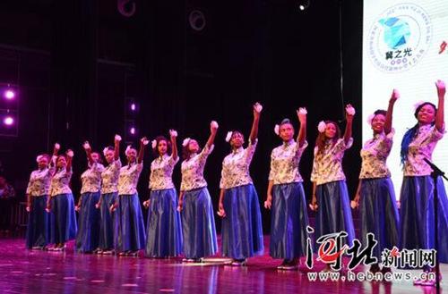 """11月26日,第十届河北省""""冀之光""""外国留学生汉语技能暨中华才艺大赛在河北师范大学举行,图为留学生演唱《茉莉花》。"""