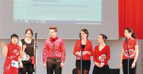 中国侨网图为法兰克福孔子学院大学生话剧团在表演群口相声《五官争先》。 本报记者 冯雪珺摄