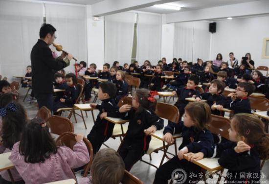 近400名西班牙小学生近距离体验中国传统乐器魅力-侨