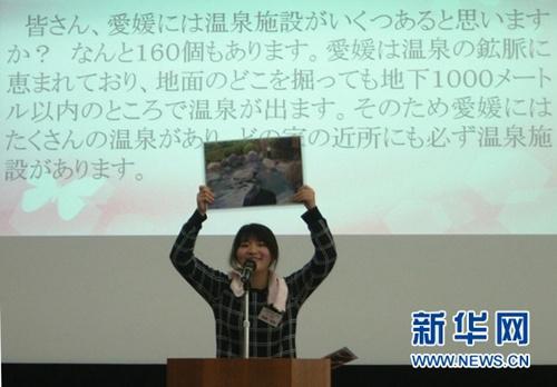 中国侨网神森悠里介绍家乡的温泉。新华网记者 杜欣 摄