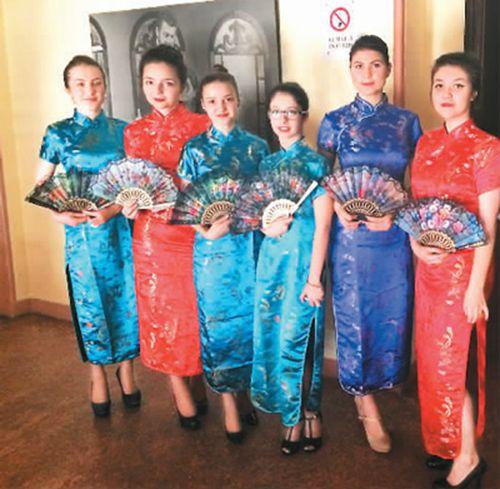 中国侨网图为张赟的罗马尼亚学生正在表演旗袍秀
