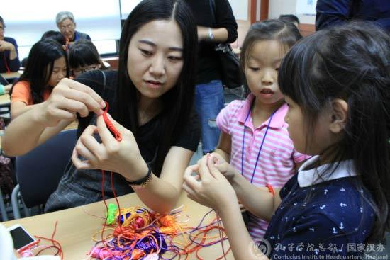 中国侨网学员体验中国结