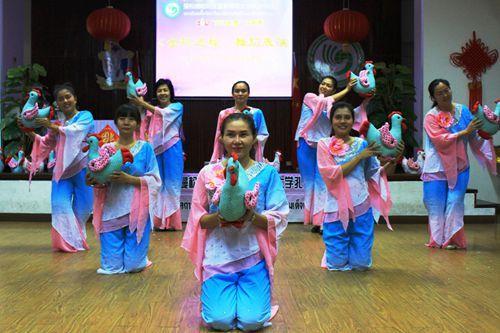 中国侨网泰国本土教师表演舞蹈《金鸡送福》