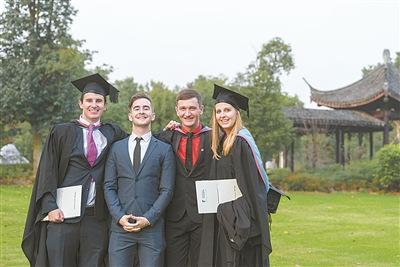 中国侨网吉利(右二)和同学们。 (宁波诺丁汉供图)