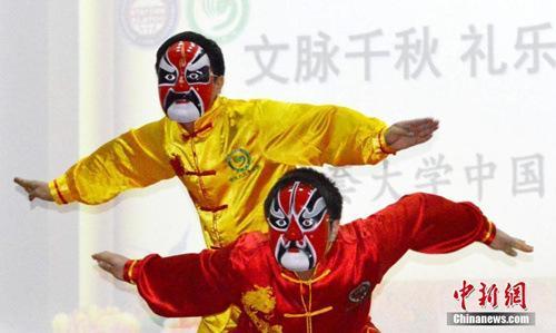 """中国侨网资料图:2月22日,位于吉尔吉斯斯坦首都比什凯克的阿拉套大学举办中国文化日,主题为""""文脉千秋 礼乐修身""""。图为参加活动的学生面带京剧脸谱进行有中国文化特色的表演。中新社记者 文龙杰 摄"""