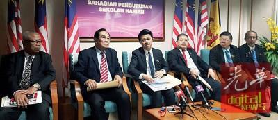 中国侨网张盛闻(中)在教育部主持圆桌会议后,召开新闻发布会。 (马来西亚《光华日报》)