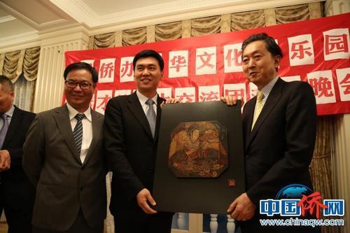 中国侨网图为国务院侨办文化司副司长王梦黎与鸠山由纪夫互换礼物。