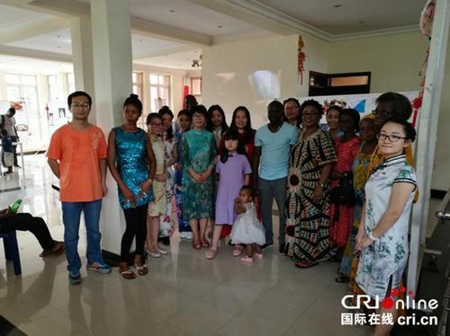 中国侨网拉各斯大学的学生与孔子学院师生合影
