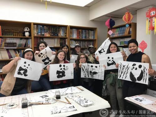中国侨网学员们展示大熊猫作品。