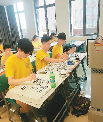 中国侨网孩子们一笔一画地体验中国书法的魅力。谢署光摄