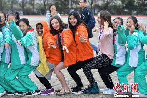 """外国中学生为搭乘""""中国经济快车""""苦学汉语"""