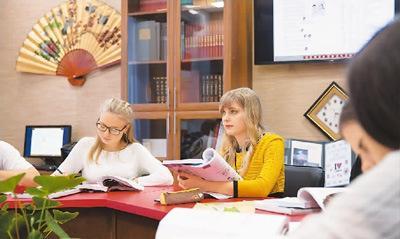 中国侨网图为俄罗斯伏尔加格勒国立社会师范大学孔子学院老师科捷利尼科娃(右)在为学生们上汉语课。   新华社记者 白雪骐摄