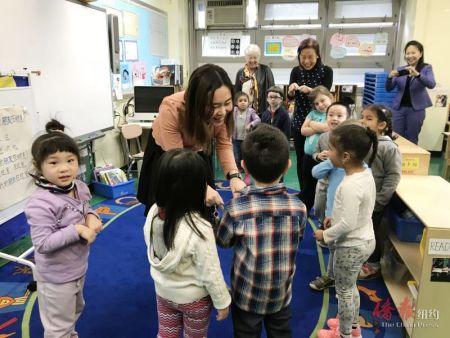 中国侨网法瑞纳参观P.S.20的普通话双向性双语课堂。(美国《侨报》/邱莉菲 摄)
