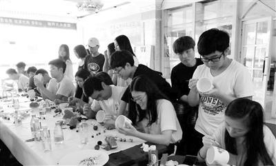 中国侨网营员们与结对子学生一同体验彩绘艺术。