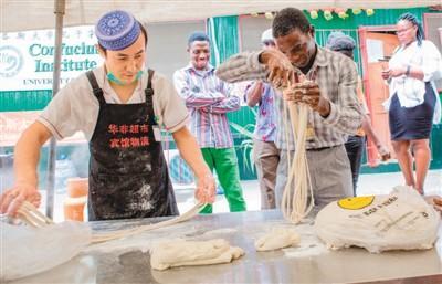 """中国侨网日前,尼日利亚拉各斯大学孔子学院迎来了一年一度的中国文化月。 图为""""中国美食周""""活动现场。"""