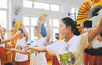 """中国侨网图为""""中国寻根之旅·魅力北京""""戏曲营小营员们正在体验戏曲身段。 (中国戏曲学院供图)"""