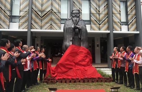 """中国侨网马来西亚沙巴崇正中学举办""""至圣先师、万世师表孔子铜像揭幕仪式""""。"""