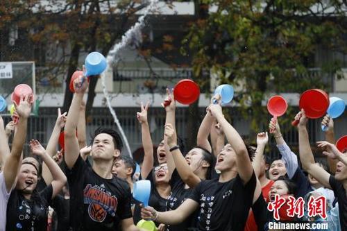 中国侨网一年一度的华侨大学东南亚泼水节上,华大境内外学子盛水相互泼洒送祝福。 曾俞晓 摄