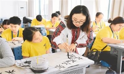 中国侨网 泰国华裔青少年在华侨大学学习中国书法。   王柳元摄
