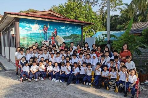 """马来西亚柔佛华明学校完成首幅壁画分享""""坚持后的喜悦"""""""
